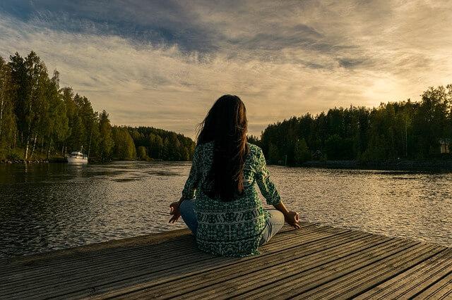 Femme qui fait du yoga et méditation pleine conscience